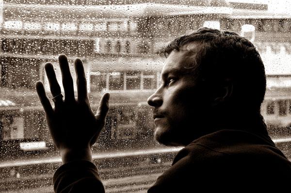 Фото мужик у окна 24 фотография